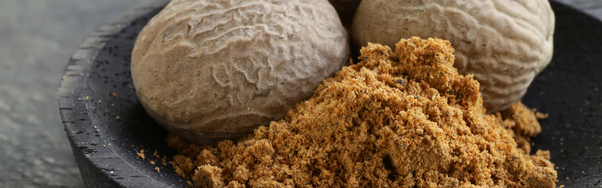 nutmeg-whole-and-grated-PGT49RJ